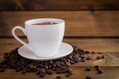 Tasse de café noir sur le fond en bois Images libres de droits