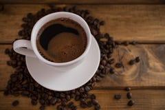 Tasse de café noir sur le fond en bois Photographie stock