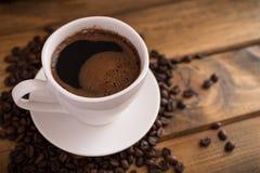 Tasse de café noir sur le fond en bois Images stock