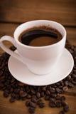 Tasse de café noir sur le fond en bois Image stock