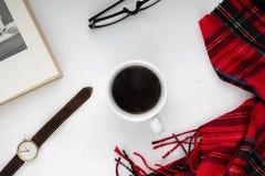 Tasse de café noir sur un fond blanc, tissu rouge Images stock