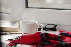 Tasse de café noir sur un fond blanc, tissu rouge Photographie stock