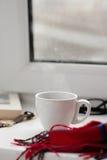 Tasse de café noir sur un fond blanc, tissu rouge Photographie stock libre de droits