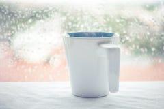 Tasse de café ou boisson chaude sur le café de matin de table Photo libre de droits