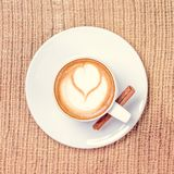 Tasse de café ou de thé de Chai avec l'art de latte concept de temps de leasure images stock