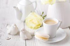 Tasse de café parfumé sur un petit déjeuner femelle de matin image stock