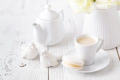 Tasse de café parfumé sur un petit déjeuner femelle de matin photo stock