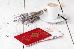 Tasse de café, de passeports et d'aucune cartes d'embarquement de nom Concept de déplacement Photographie stock libre de droits
