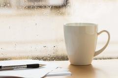 Tasse de café près de fenêtre Photos stock