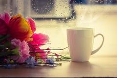 Tasse de café près de fenêtre Photo stock