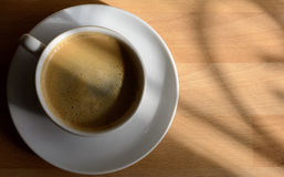 Tasse de café près de fenêtre Images stock