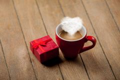 Tasse de café rouge avec la vapeur de forme de coeur Image stock