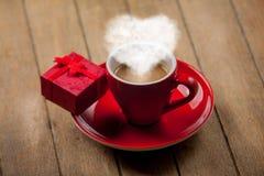 Tasse de café rouge avec la vapeur de forme de coeur Photo libre de droits