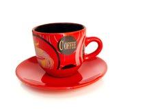Tasse de café rouge avec une soucoupe sur un fond blanc image libre de droits