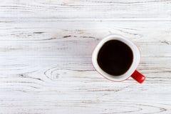 tasse de café rouge sur la vue supérieure en bois de table Photographie stock libre de droits