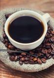Tasse de café se tenant sur les grains Images libres de droits