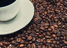 Tasse de café se tenant sur les grains Photo libre de droits