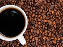 Tasse de café se tenant sur les grains Photo stock