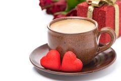 Tasse de café, sucrerie rouge, cadeau pour la Saint-Valentin Photo stock
