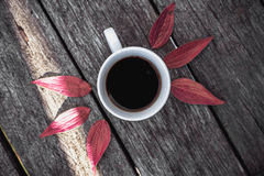 Tasse de café sur la configuration d'appartement de fond de feuilles Photographie stock libre de droits