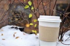 Tasse de café sur la neige Photographie stock libre de droits