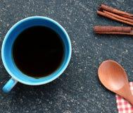 Tasse de café sur la pierre d'obscurité de vintage Vue supérieure photos stock