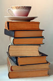 Tasse de café sur la pile de vieux livres photographie stock