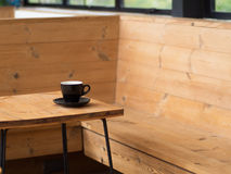 Tasse de café sur la sensation de table isolée Image stock