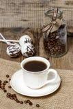 Tasse de café sur la serviette hessoise Photographie stock libre de droits