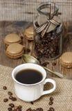 Tasse de café sur la serviette hessoise Image libre de droits