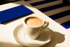 Tasse de café sur la table Images stock