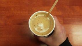 Tasse de café sur la table en bois banque de vidéos