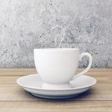 Tasse de café sur la table en bois près du mur en béton Image stock