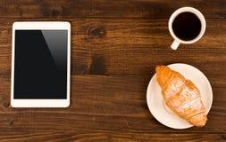 Tasse de café sur la table en café avec le comprimé Vue supérieure Photo libre de droits