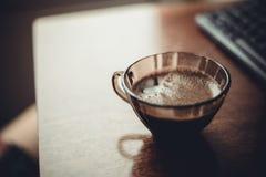 Tasse de café sur la table près du clavier Images libres de droits