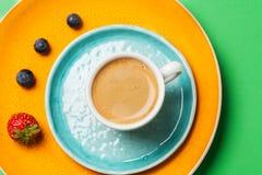 Tasse de café sur la vaisselle colorée Photographie stock libre de droits