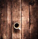 Tasse de café sur la vue supérieure de vieux fond en bois Café express blanc de café de cuvette C Images stock
