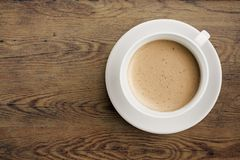 Tasse de café sur la vue supérieure en bois de table Image stock