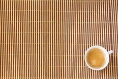 Tasse de café sur le bambou Photographie stock