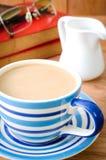Tasse de café sur le bureau avec Photographie stock libre de droits