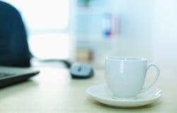 Tasse de café sur le bureau d'ordinateur Photographie stock libre de droits