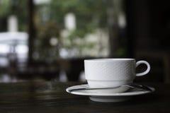 Tasse de café sur le bureau en bois, pause-café d'espace de travail ou dans le morni Photo stock