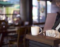 Tasse de café sur le compteur de café photos libres de droits