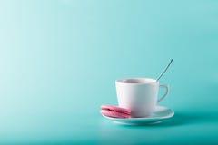 Tasse de café sur le fond d'aqua avec l'endroit pour une inscription Photo libre de droits