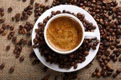 Tasse de café sur le fond de toile de jute Image libre de droits