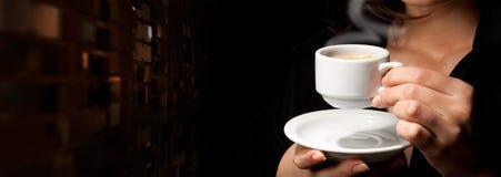 Tasse de café sur le noir Photographie stock