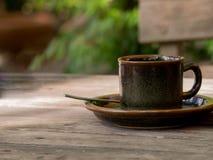 Tasse de café sur le plan rapproché en bois de table Images libres de droits
