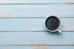 Tasse de café sur le plancher en bois de ciel bleu Images stock