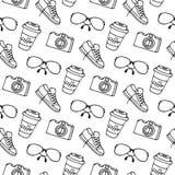 Tasse de café sur le traiteur, verres, appareil-photo, modèle sans couture d'espadrilles Image stock
