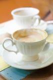 Tasse de café sur le vieux bureau en bois Bre simple d'espace de travail ou de café Images stock